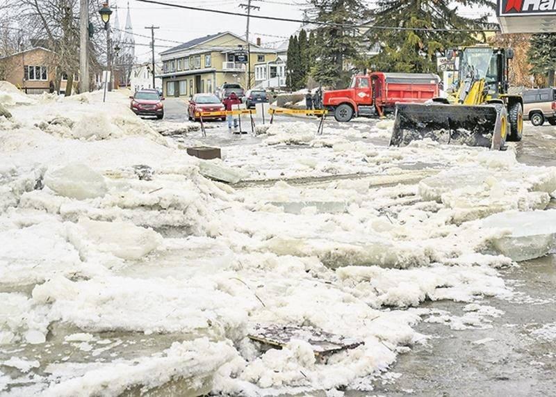 L'eau et la glace venues de la rivière ont durement touché plusieurs rues de Saint-Pie, incluant la rue Notre-Dame (photo), le rang de la Presqu'Île et le rang de la Rivière Nord.  Photo François Larivière | Le Courrier ©