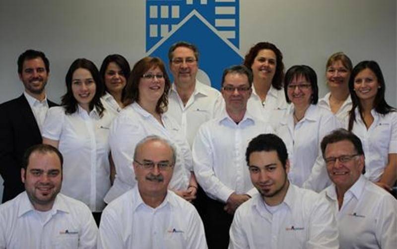 L'équipe de Réno-Assistance (à la gauche complètement, le président Éric Périgny).
