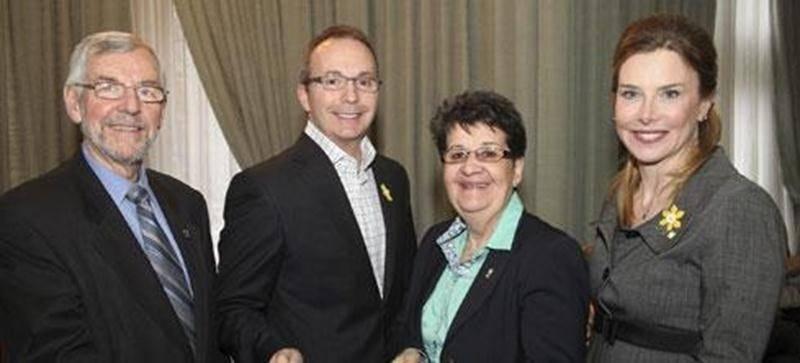 Avril, mois de la jonquille sera l'un des moments forts de la campagne de financement 2012 de la Société canadienne du cancer. Claude Bernier, maire de Saint-Hyacinthe, Pascal Milotte, président du conseil d'administration de la section de Saint-Hyacinthe, Ginette Comtois, agente de développement de la Société canadienne du cancer, et Lise Faucher, présidente d'honneur des Journées de la jonquille, invitent tous les Maskoutains à se procurer de jolies fleurs jaunes les 28, 29, 30, 31 mars et 1<s