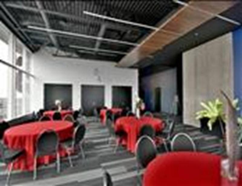 Sept salles ont été aménagées au 12e étage de l'Hôtel Times. Un revêtement particulier permet de faire directement des projections sur les murs de la salle. Photo François Larivière | Le Courrier ©