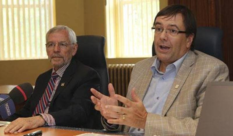 Le maire de Saint-Hyacinthe, Claude Bernier et le directeur général de la Ville, Louis Bilodeau, ont apporté des précisions sur les orientations de la Ville à l'égard de la Cité de la biotechnologie.