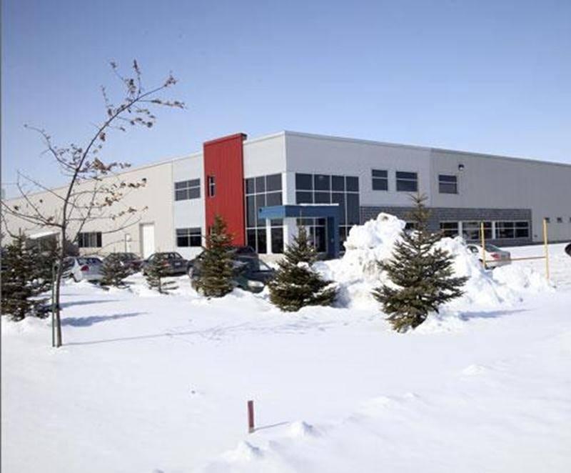 Les quelque 90 salariés syndiqués des Industries de moules et plastiques VIF à Saint-Hyacinthe, membres de la section locale 167 du Syndicat national de l'automobile, de l'aérospatiale, du transport et des autres travailleurs et travailleuses du Canada (TCA-Québec/FTQ), ont rejeté les offres de l'employeur à 98 %. Les enjeux de cette négociation portent, entre autres, sur la sous-traitance, les activités syndicales, l'ancienneté, la durée de la convention collective et tout l'aspect monétaire. D