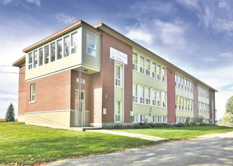 L'immeuble Saint-Barnabé-Sud de l'école aux Quatre-Vents, en bordure de la route de Michaudville, ne restera plus debout très longtemps. Photo François Larivière | Le Courrier ©
