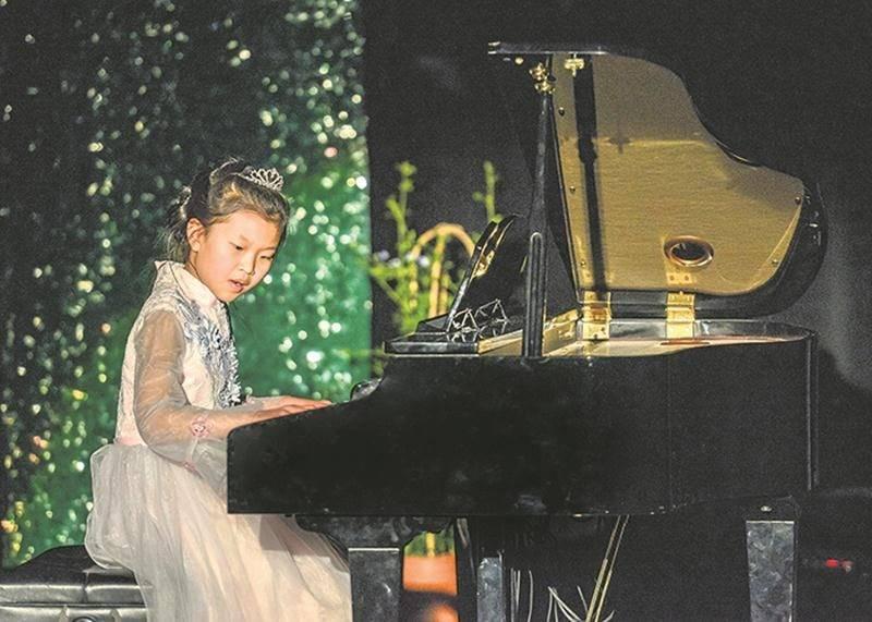 La grande gagnante, Émilie Mu, a choisi de jouer la pièce « Nocturne » de Chopin.