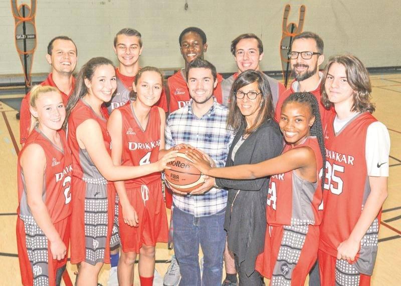 Sur la photo, Frédérick Bernard, responsable des sports, et Josée Viau, directrice adjointe (secondaire 1) sont entourés de joueurs de basketball du Drakkar et des entraîneurs Patrick Kervin (à gauche) et Jean-Philippe Loignon (à droite) à l'arrière. Photo François Larivière | Le Courrier ©