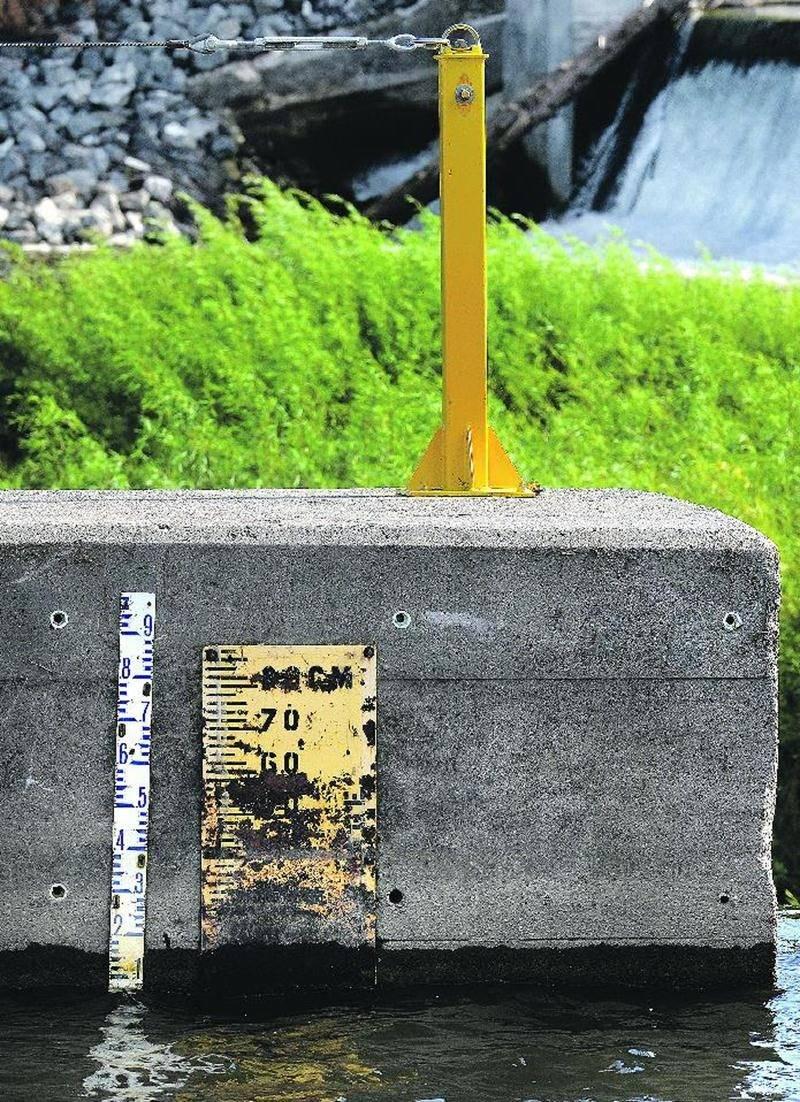 La jauge graduée à l'entrée du canal d'amenée indiquait, il y a quelques jours, qu'une lame d'eau d'à peine 7 ou 8 centimètres franchissait la crête du barrage Penman's.  Photo François Larivière | Le Courrier ©