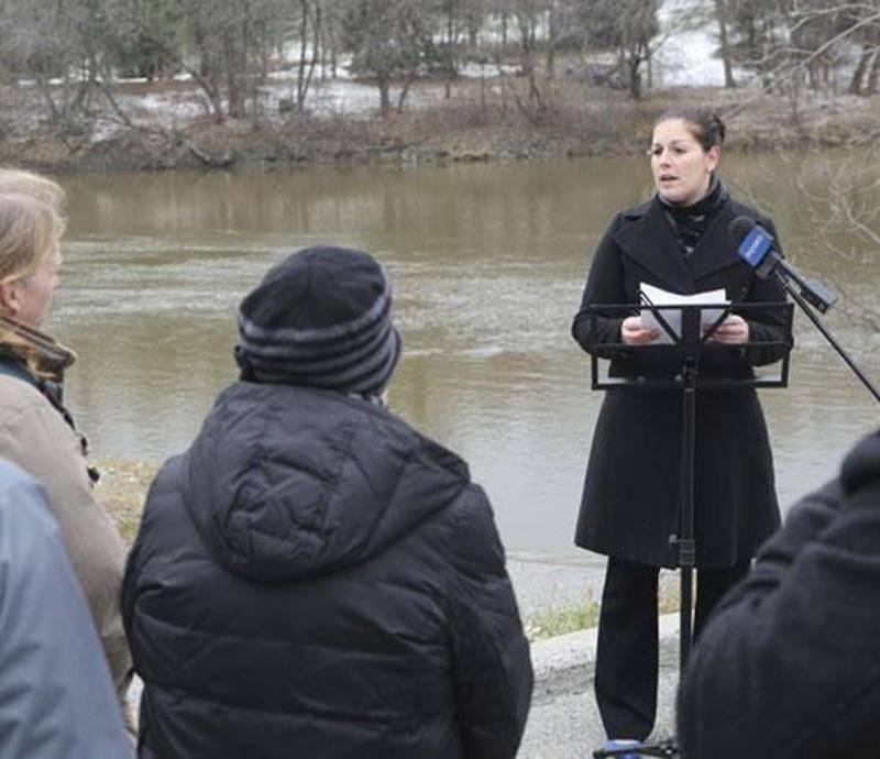 Marie-Claude Morin s'est adressée aux journalistes au bord des eaux brunes de la rivière Yamaska, à Saint-Hyacinthe.