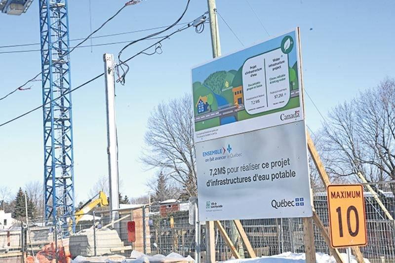 Un autre panneau de chantier, installé cette fois dans le secteur Douville, porte à confusion sur le montant réel versé par Québec pour la construction d'un nouveau réservoir d'eau potable souterrain. Photo Robert Gosselin | Le Courrier ©