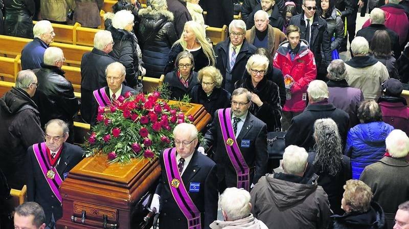 De nombreux proches et amis sont venus saluer une dernière fois la mémoire de Germain Larivière, lors des funérailles qui étaient célébrées à l'église Assomption-de-Notre-Dame dans le secteur Sainte-Rosalie. Photo Robert Gosselin | Le Courrier ©