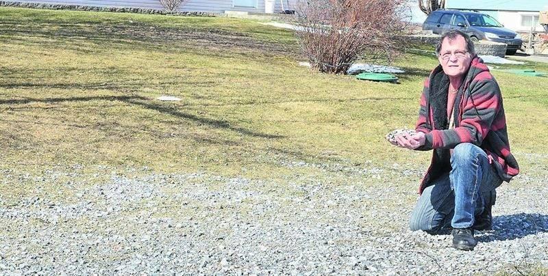 Comme ses voisins, Ghislain Gauthier, un résident du 2e Rang, a découvert ce printemps que son terrain avait été criblé de gravier par le chasse-neige au début de l'hiver. La Ville procédera au nettoyage chez ceux qui en feront la demande. Photo François Larivière | Le Courrier ©