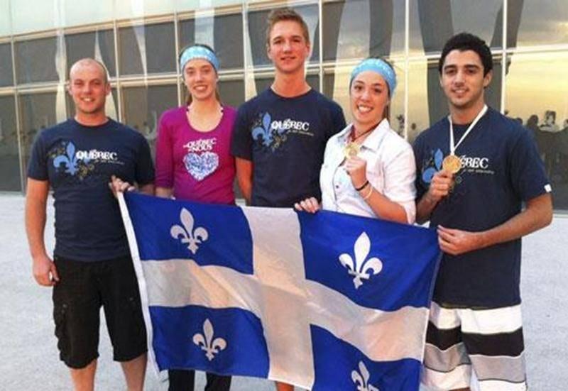 Sur la photo on voit, de gauche à droite : Sébastien Rajotte, Amélie Pietroniro-Savoie, Louis-Philippe Laurendeau, Mélanie Pietroniro-Savoie, médaillée d'or en trampoline synchronisé, et Kevin Desjardins-Rodier, médaillé de bronze en tumbling.