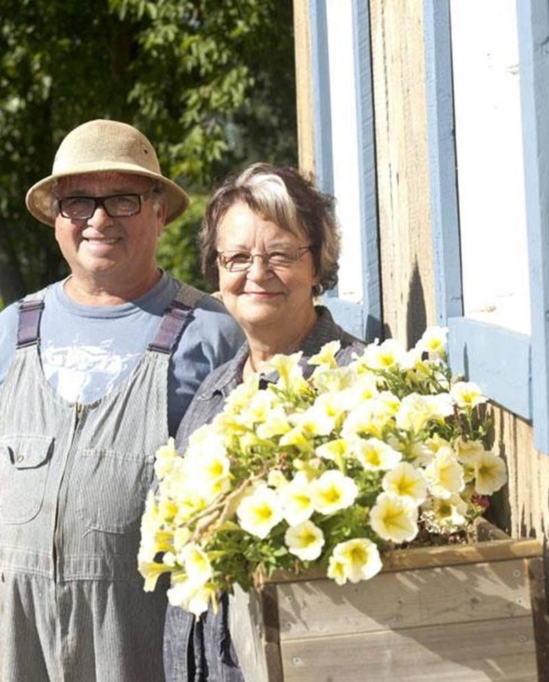 Bernard Morin et Mariane Trudel posent devant leur kiosque de petits fruits à Saint-Bernard-de-Michaudville.