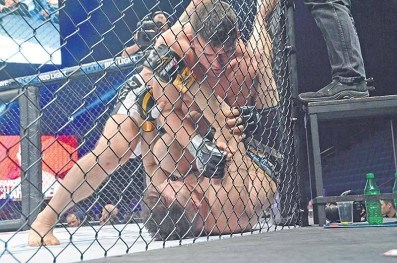 Francis Charbonneau n'a pas réussi à imposer son rythme face à Brendan Kornberger, s'inclinant par soumission au deuxième round. Photo Denis Bélanger