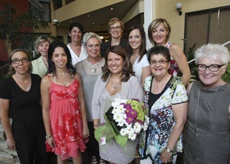 De gauche à droite : Anik Larivière, Stéphanie Destrempes, Caroline Dupré, gagnante de la journée métamorphose; Ginette Comtois, agente de développement à la Société canadienne du cancer; Diane St-Pierre (Exclusivités Monique +); Jocelyne Deslandes (Fleuriste Au Jardin d'Éden); Linda Leduc (Boutique Moi et l'Autre); Amélie Auger (Boutique Chooz Inc); Jo-Ann Lapalme (Cosmopole Coiffure); Louise Beauregard (Le Courrier de Saint-Hyacinthe); et Jeanne Demers. Absente sur la photo : Huguette Corbeil,