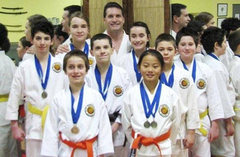 À Saint-Dominique avait lieu, le 26 février, la finale régionale des Jeux du Québec en karaté. Plusieurs karatékas du Centre des Arts Martiaux Guy Brodeur se sont illustrés pendant cette journée de compétition. Chez les 8-9 ans (ceintures blanches et jaunes), Ellyott Palardy a décroché l'or en kata et sur le circuit d'habiletés. Chez les garçons de 10-11 ans (ceintures blanches et jaunes aussi), Trent Leclair a quant à lui été médaillé d'or en combat et d'argent en kata. Chez les garçons et fill