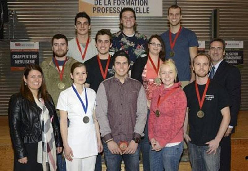 Dix étudiants de l'école professionnelle de Saint-Hyacinthe (EPSH) ont remporté une médaille dans le cadre des olympiades en formation professionnelle, lesquelles regroupent sept métiers. Sur les 46 candidats provenant de cinq centres de formation professionnelle en Montérégie, 15 d'entre eux, dont les élèves de l'EPSH, poursuivront leur entraînement en vue de la compétition provinciale tenue à Québec au mois de mai. À l'arrière : Gabriel Lévesque, aménagements paysagers, Tristan Rosenthal, amén