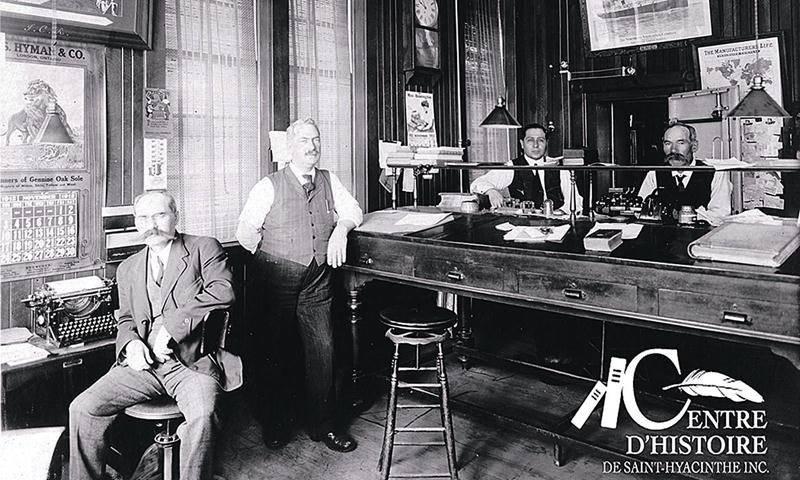 De gauche à droite, Alfred, Magloire, un inconnu et Joseph Amable Côté en novembre 1912. Coll. Centre d'histoire de Saint-Hyacinthe, Fonds CH589.
