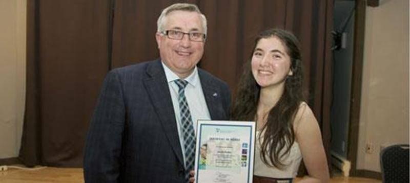 Sur la photo, Sarah reçoit son prix de la part de Jean-Marc St-Jacques, président du conseil d'administration de la FEEP.