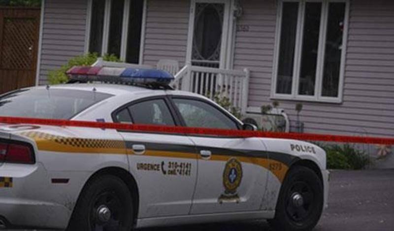 Un homme a été victime de voies de fait lorsque deux malfaiteurs se sont introduits par effraction dans sa résidence de l'avenue Durocher, dans le secteur Saint-Thomas-d'Aquin. Deux hommes ont défoncé une porte de la résidence pour s'y introduire. À l'intérieur, ils s'en sont pris au résident afin de lui dérober une certaine somme d'argent. La victime a été transportée à l'hôpital. Une enquête est en cours par la Division des enquêtes régionales de la Montérégie, en collaboration avec les enquêt