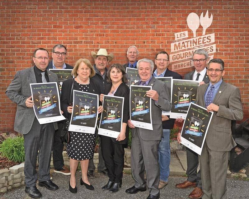 Sur la photo on reconnaît les maires des dix municipalités qui accueilleront les Matinées gourmandes cet été. Le premier rendez-vous est prévu le samedi 17 juin à Saint-Liboire.  Photo Les Studios François Larivière