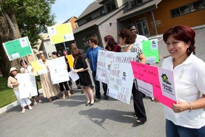 Une douzaine de personnes se sont réunies, lundi, devant la Maison de la Famille des Maskoutains pour dénoncer le gel du financement dans le soutien à l'intégration des immigrants et des réfugiés politiques.