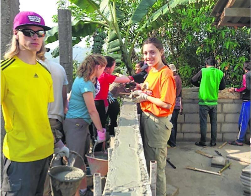 Les élèves de l'ESSJ à l'oeuvre pour la construction d'une remise dans leur village d'accueil. Photo courtoisie