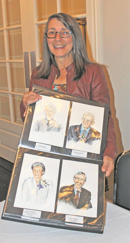 L'artiste Manon Marchand, avec le catalogue des personnages qu'elle a illustrés pour le fameux jeu de cartes. Photo courtoisie