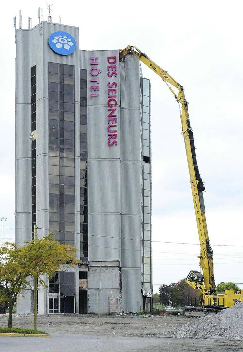 Une pelle mécanique hydraulique disposant d'un bras pouvant se déployer sur une hauteur de plus de 53 mètres est nécessaire pour démolir la tour de treize étages de l'Hôtel des Seigneurs. Photo François Larivière | Le Courrier ©