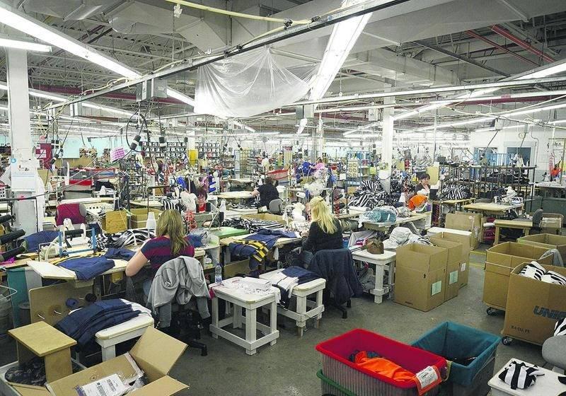 L'usine Sport Maska, propriété de Reebok CCM Hockey, produit plus de 200 000 chandails de hockey par année dont ceux portés par les joueurs de la LNH. Photo François Larivière | Le Courrier ©