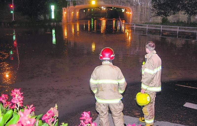 Toutes les équipes des travaux publics de la Ville de Saint-Hyacinthe ont été déployées pour réparer le bris d'aqueduc qui a mené à l'inondation du tunnel Sainte-Anne. Photo Bruno Beauregard