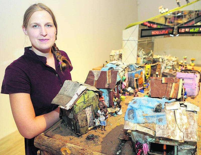 Karine Giboulo a reconstruit, sous forme de diorama, un bidonville africain. Elle a intitulé l'oeuvre Village Démocratie. Photo Robert Gosselin | Le Courrier ©