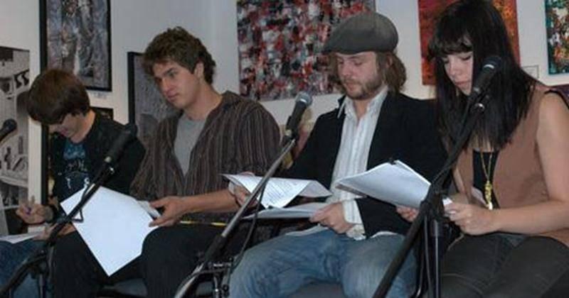 Lors de l'activité, quatre lecteurs de la troupe de théâtre Les Trois Coups ont lu les parcours de vie de jeunes et moins jeunes qui ont été accompagnés par le CIJM, ainsi que le témoignage d'un travailleur de rue.