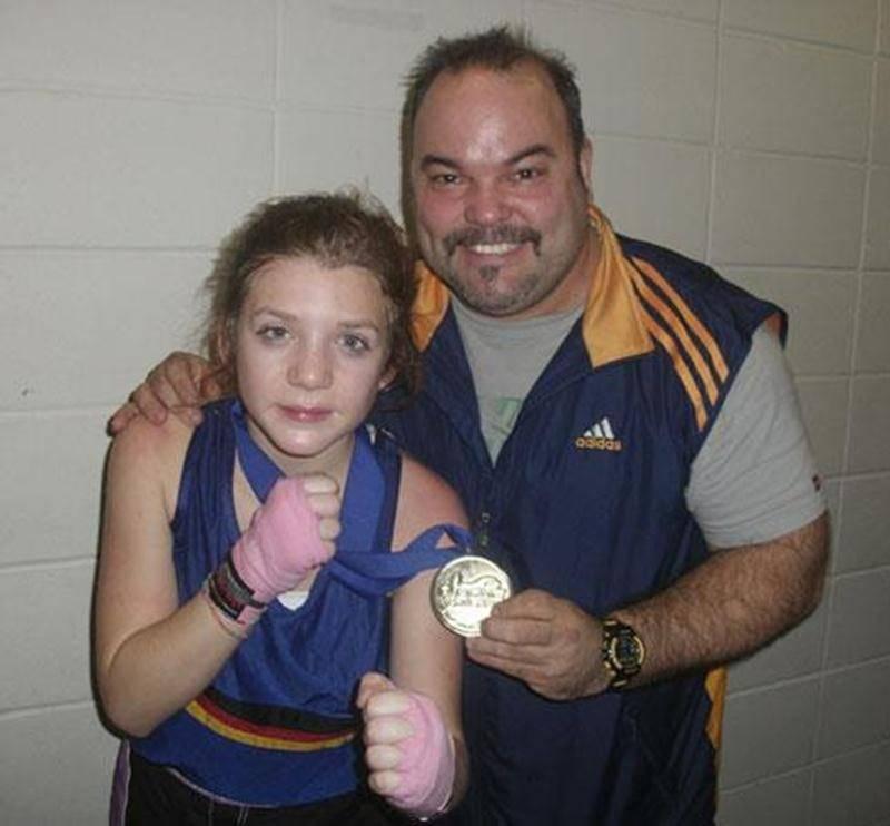 Audrey-Ann Morin, forte de sa victoire lui permettant de décrocher l'or, en compagnie de son entraîneur Steve Choquette.