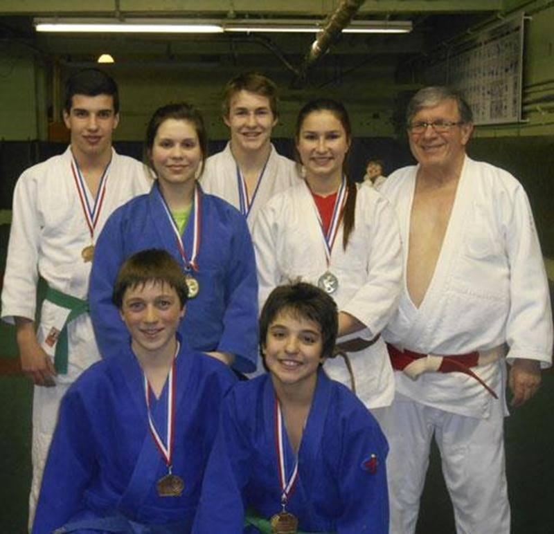 À l'avant, Émile Guertin-Picard et Félix Archambault; à l'arrière, Alexandre Fortin, Sandrine Fournier, Benjamin Daviau, Audrey Poirier et l'entraîneur Louis Graveline.