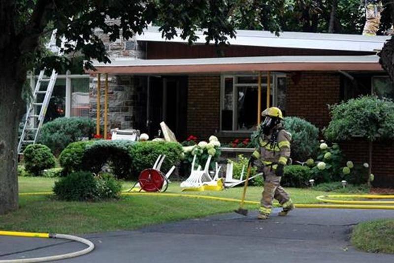 Un incendie de résidence a tenu les pompiers maskoutains en haleine, le vendredi 29 juillet, dans le secteur Douville. En début de soirée, un passant a alerté les services d'urgence après avoir aperçu une épaisse fumée se dégageant du toit d'une maison du boulevard Laurier Ouest. Sur place, les pompiers ont appelé du renfort et ont rapidement maîtrisé le brasier, permettant du même coup de limiter les dégâts. L'incendie aurait pris naissance dans la cuisine, alors qu'un poêlon aurait été oublié