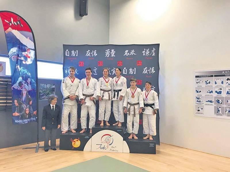 Les duos composés d'Ève Arès et Sylvie Guertin (au centre) et de Vincent Gamache et Émile Guertin-Picard (à gauche) ont réalisé un exploit inédit pour le Club de judo de Saint-Hyacinthe au championnat provincial open de kata. Photo Courtoisie