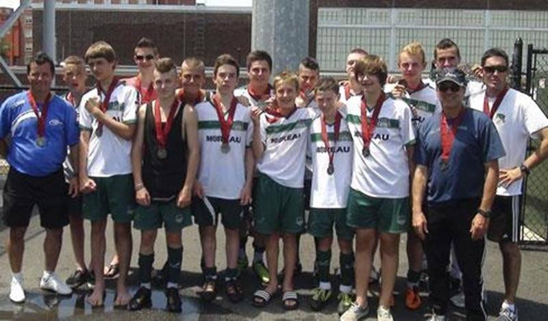 Les joueurs et entraîneurs du FC Saint-Hyacinthe U-15 AAA portent fièrement leur médaille d'argent remportée en Pennsylvanie.