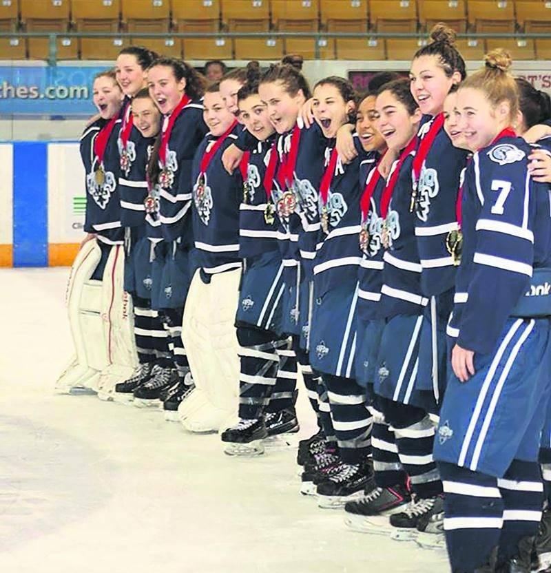 Pour la première fois, le coup d'envoi des séries de hockey féminin midget AAA sera donné à Saint-Hyacinthe. Ce sera l'occasion d'encourager les Huskies du Nord et leurs deux représentantes maskoutaines, Éloïse Dubé et Flavie Cadorette. Photo Courtoisie