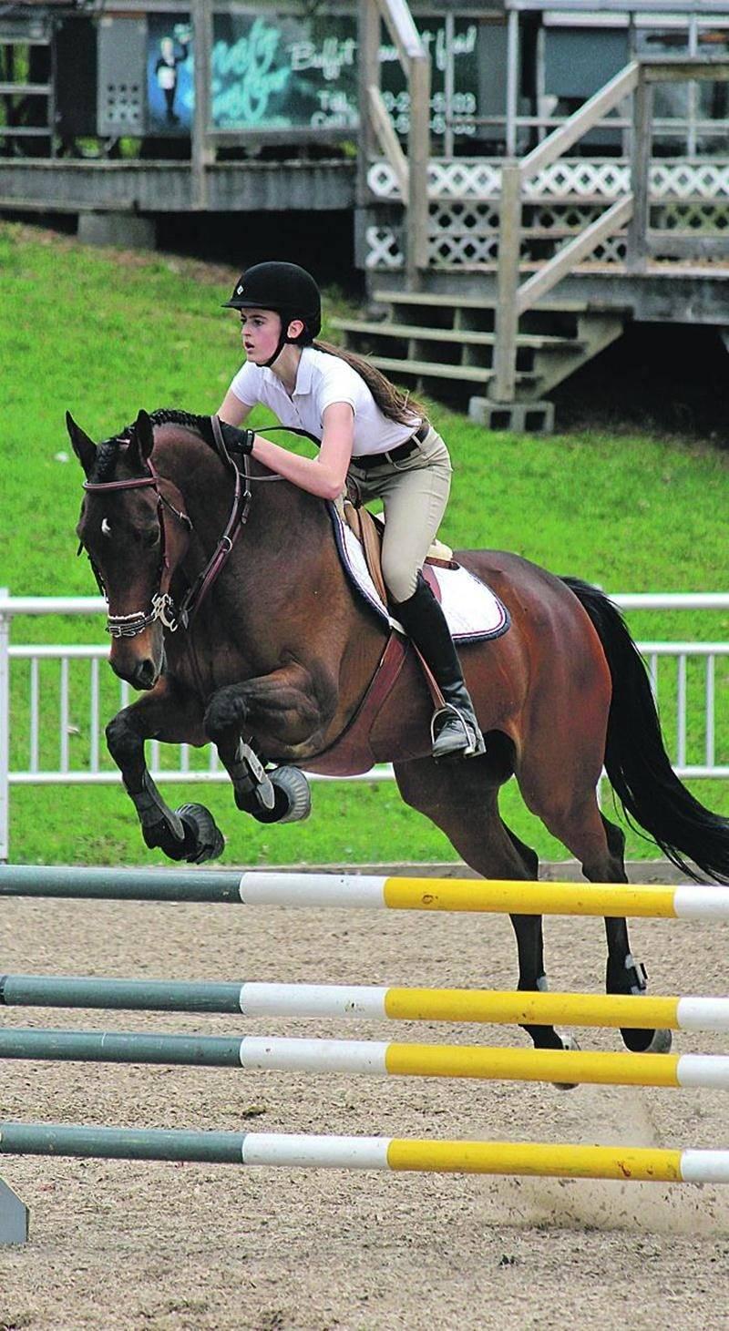Béatrice Daviault avec son cheval Billy Brown. Photo Eugénie Ferdais