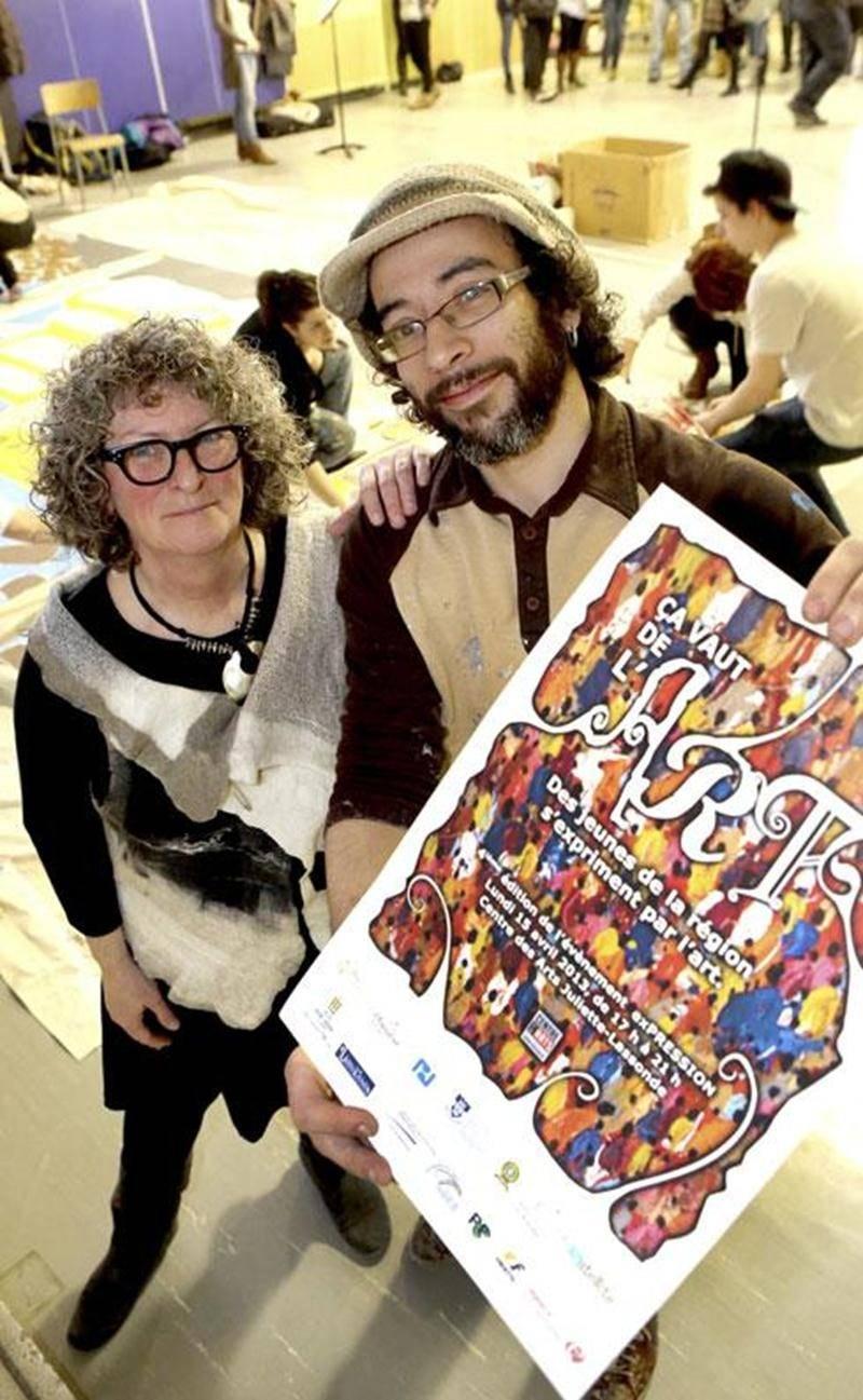 Claire Sarrasin, coordonnatrice de l'organisme Satellite en prévention des dépendances et responsable du projet <em>exPRESSION</em>, et Victor Varacalli, artiste-peintre à qui la création de l'affiche a été confiée cette année.