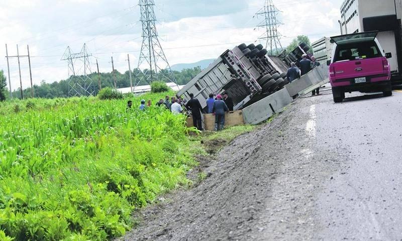 Un poids lourd transportant des porcs s'est renversé sur le 9e  rang à Saint-Dominique.Photo Dominique St-Pierre