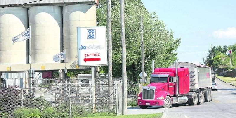 Le va-et-vient des camions qui entrent et ressortent d'une carrière aussi importante que celle de Saint-Dominque endommage le réseau routier local, d'où les redevances versées aux municipalités par l'exploitant.