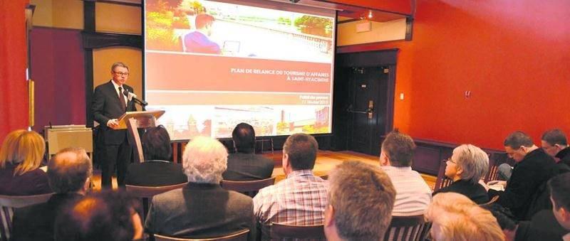 Le maire de Saint-Hyacinthe, Claude Corbeil, a dévoilé, hier mercredi, les grandes lignes de son plan de relance du tourisme d'affaires devant plusieurs conseillers municipaux. Photo François Larivière | Le Courrier ©