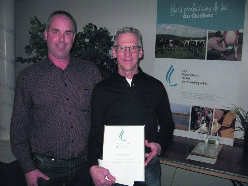 Charles Graveline, représentant des Producteurs de lait de Montérégie-Est pour le secteur Maskoutains Nord-Est, et le gagnant de la 2e position, Martin Girard.