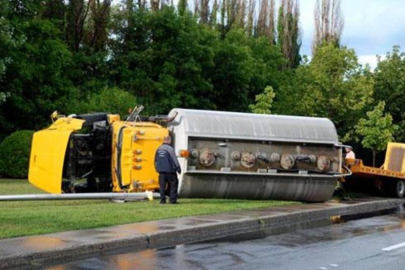 Un camion-citerne s'est renversé sur la rue Dessaulles à l'angle de la rue Brodeur à Saint-Hyacinthe, lundi, vers 17 h 20. Le conducteur tentait d'effectuer un virage lorsqu'une fausse manoeuvre a provoqué le renversement de son véhicule lourd, heurtant un lampadaire au passage. La citerne appartenant à une compagnie d'excavation était remplie d'eau. Chanceux dans sa malchance, le camionneur s'est retrouvé en fâcheuse position en face du poste de police de la MRC des Maskoutains et n'est demeuré