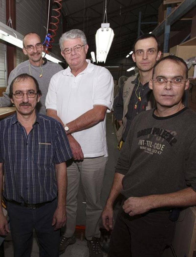Le directeur général de Meubles Horn Craig K. Kyle, entouré de quelques employés en 2007 alors que l'entreprise subissait déjà la montée du dollar canadien.