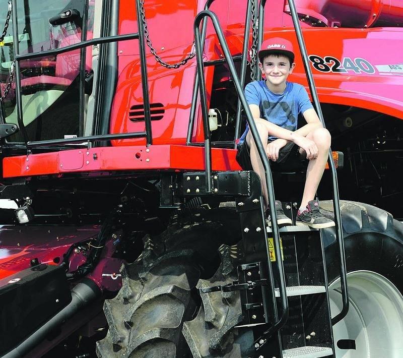 L'imposante machinerie agricole impressionne toujours les plus jeunes visiteurs d'Expo-Champs. Photo François Larivière | Le Courrier ©