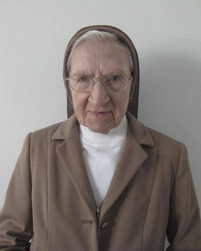 Félicitations à soeur Marie-Paule Bergeron, des Soeurs de la Charité de Saint-Hyacinthe, qui célébrait son 100<sup>e</sup> anniversaire de naissance le 7 novembre. Le samedi 5, neveux et nièces se sont joints à la communauté pour souligner cet heureux événement. Nous lui souhaitons de continuer à vivre son action de grâce au Seigneur, dans la paix et la sérénité.