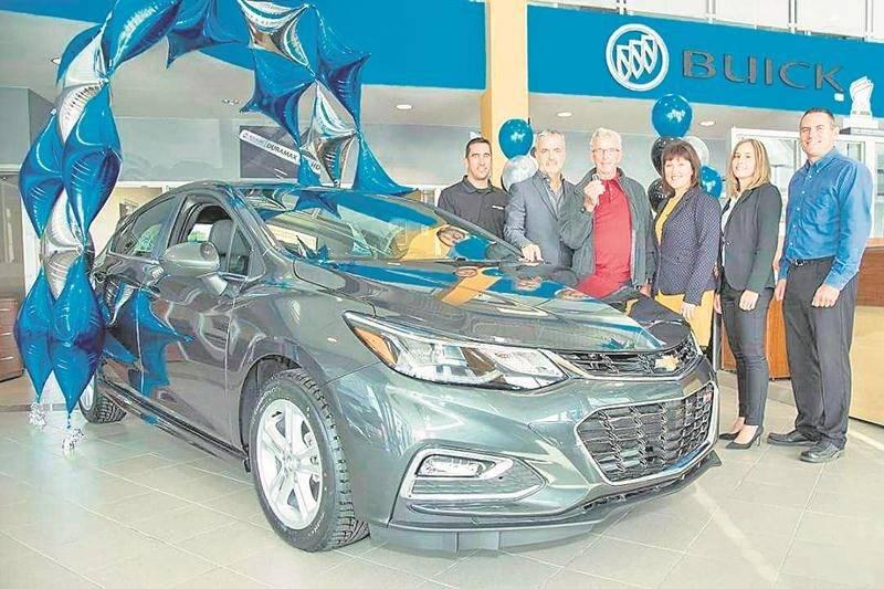 Valérie Rivest, Chef de district - ventes, General Motors, région de l'Est; et Jean-François Lussier, directeur général Lussier Chevrolet Buick GMC Ltée.