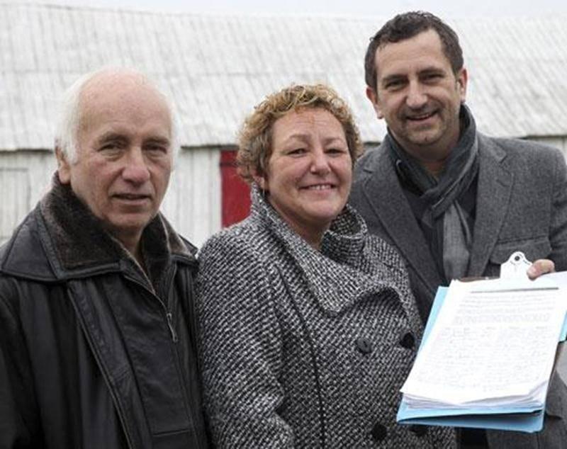Patrick Ney (à droite) a lancé une pétition pour dénoncer l'harmonisation des taxes à Saint-Hyacinthe. Il est ici accompagné de deux autres membres du comité « pétition », Yves Chagnon et Suzanne Chaput.